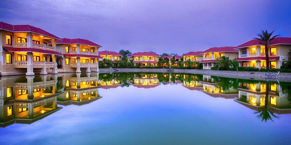 Cottages & Villa Surrounding Lake