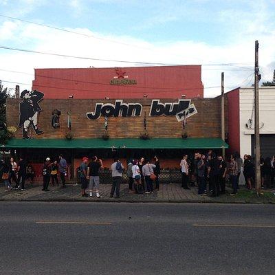 A fachada do bar, ainda durante o dia