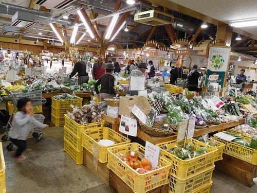 地元の野菜や果物がなんでもあります。