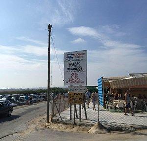 Объявление у входа на рынок. Слева - парковка. Справа - одно из кафе рынка