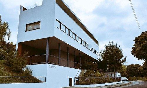 閑静な住宅外にある美術館です。80年近く前のデザインとは思えません。台所の作業台は石ではなくコンクリートのような素材でした。