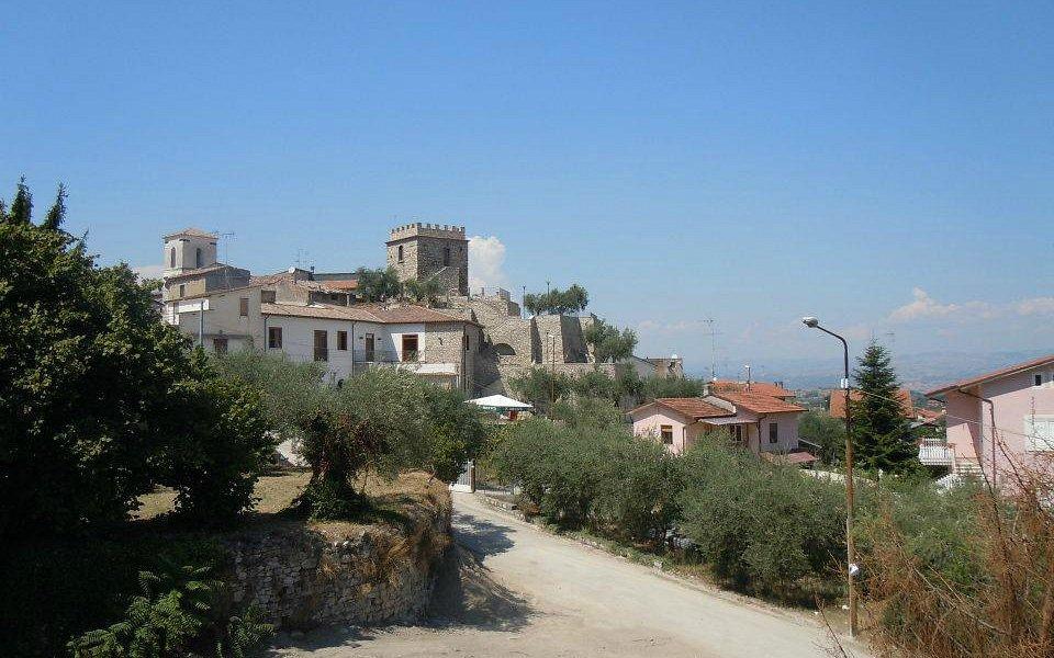 Torre Aragonese vista dalla piazza di Pietradefusi