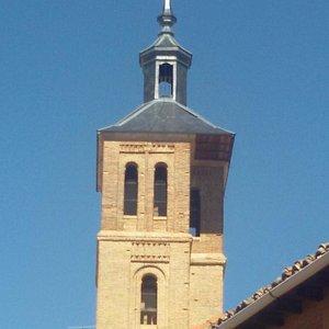 Vista de la peculiar torre de la iglesia