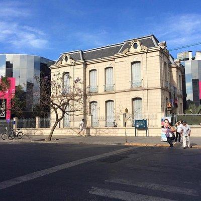 vista del museo desde la calle de en frente