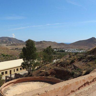 DE kuipen waarin het goed werd uitgefilterd. Op de achtergrond: Het dorpje Rodalquilar.