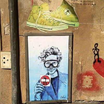 Intervención de Blub en el muro junto a la entrada (Clet retratado)