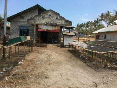 Desa di dekat Pantai Pero, sebagian besar penduduk adalah nelayan