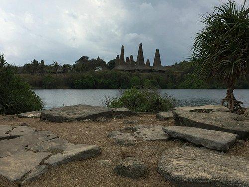 Perkampungan Ratenggaro dengan berbagai sisa bahan kubur batu megalitic
