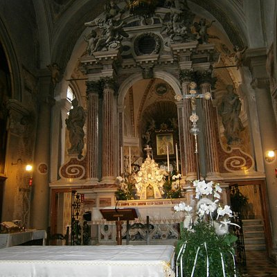 Santuario del Tresto: altare maggiore e la bella Madonna con bambino