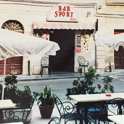 Vista del bar dai nostri tavoli nella piazza