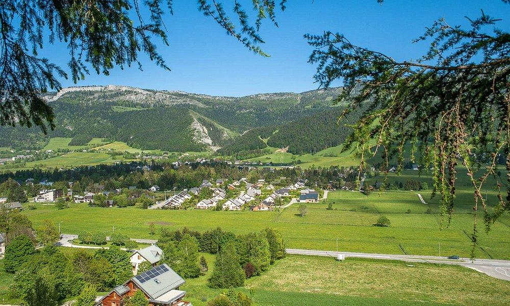 Le village de Lans en Vercors, ciel bleu et soleil