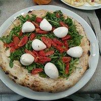 Pizzeria accogliente ed originale.Pizza eccezionale.Personale simpatico.È da dire che anche il b