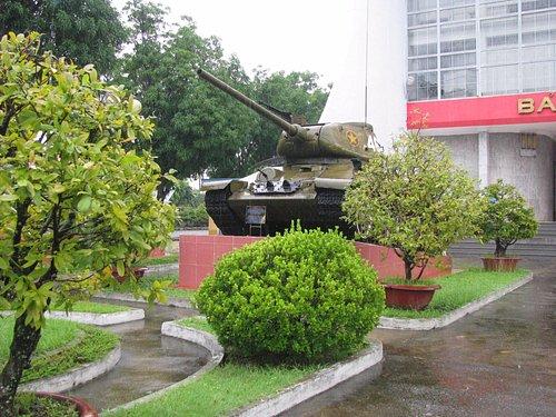 на улице образцы крупной военной техники