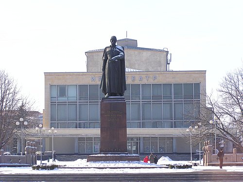 Памятник К. Л. Хетагурову перед зданием театра