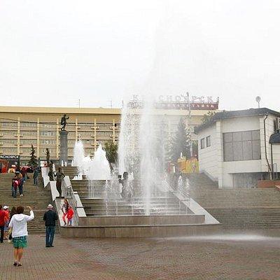 фонтан выливается за пределы бассейна