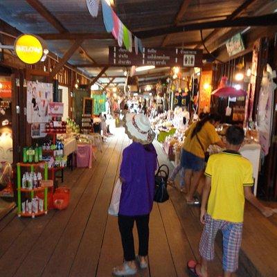 Shops at Koh Kloi Floating Market
