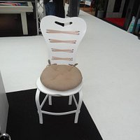 une chaise en Corian et tissu