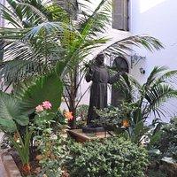 Zaciszne patio z figurą świętego.
