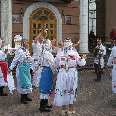 Главный вход в музей (женщины в национальных костюмах)
