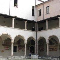 внутренний дворик с фресками