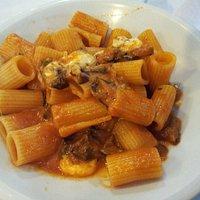 Mezze maniche alla parmigiana (pomodoro, melanzane, mozzarella).