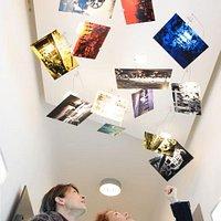 Eingangsbereich: Licht-Dia-Installation des Künstlers Ulrich Bernhardt (Foto: Wynrich Zlomke)
