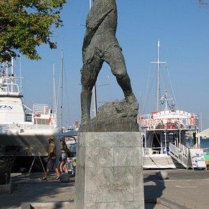 Памятник лейтенанту Александросу Дьякосу.