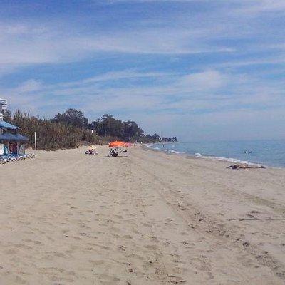 Широкий немноголюдный пляж