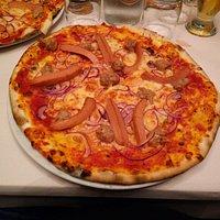 Pizza con wurstel,salsiccia e cipolla
