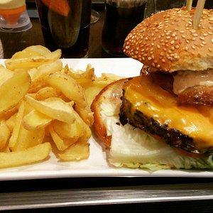 Burger sucré salé : Steak 180gr, Cheddar, Rings oignons, Ananas, Sauce Hawaïan, Salade et tomate