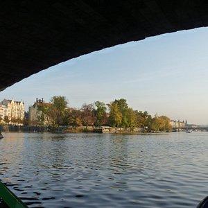 Проплывая под мостом