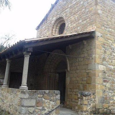 Entrada parroquia con porche
