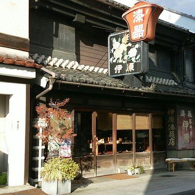 松本で昔からやっている漆器店。看板が特徴的。建物も約百年くらい建っているらしく、とても趣のある店。