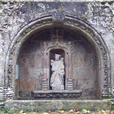 Belle fontaine du XVème à l'extérieur (100 m) de la basilique