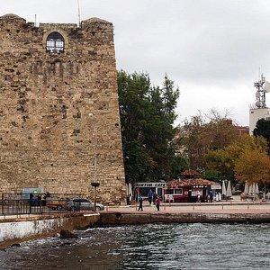 La tour gardant le port