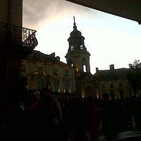 Prendre un pot autour de la Place de la Mairie et regarder les lumières s'éclairer. La Dolce Vit