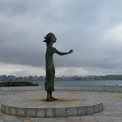 Evocadora escultura al final del paseo en el Rinconín