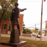 statue of Simon Kenton pointing from the park across Ohio River