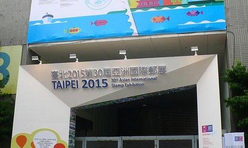 2015년 4월 24일 개막 전 폐쇄되어 있는 서쪽 출입구