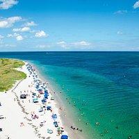 Вид на белоснежный пляж