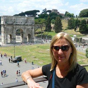 Las ruinas justo detrás de mi esposa