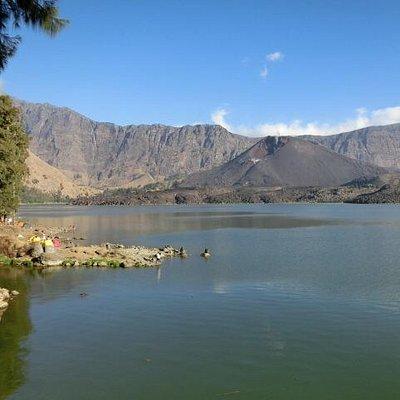セガラ アナク湖岸にある噴火口