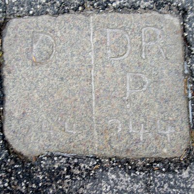 Grænsesten nr. 244 midt i Rudbølvej