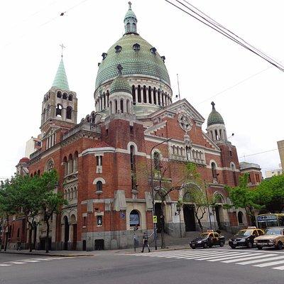 La basílica con el frente en Avda Belgrano (B° Balvanera)