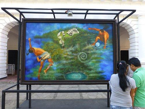Картины мексиканского художника на центральной площади