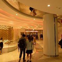 вход в Lotte Mart  из метро (эскалатор к океанариуму в конце первого этажа)
