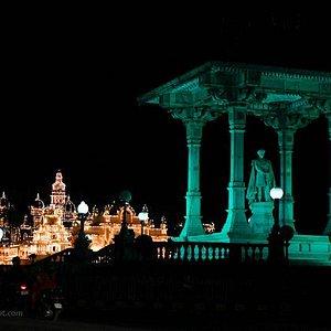 Chamaraja Wodeyar statue and Mysore palace