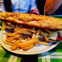 Panino speciale da 45cm con würstel da 45cm mozzarella di Bufala e patate fritte.