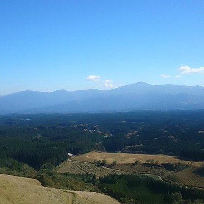 東南方向に、傾山、障子、祖母山連山が