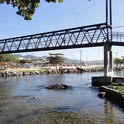 Ponte pensil para acessar a Prainha da Lagoa
